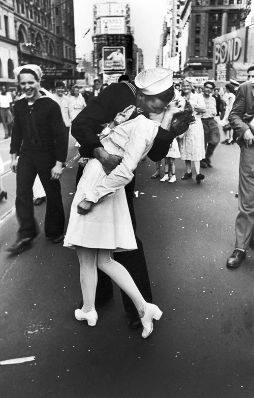 kissing-nurse-and-sailor-vj-day